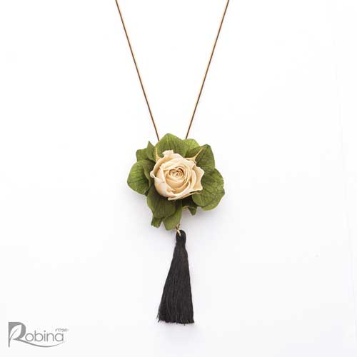 گردنبند گل رز ماندگار کلاس رویال تزئین شده با گل رز مینیاتوری کرم و هورتانسیا سبز