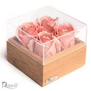 باکس گل رز جاودان تزئین شده با چهار گل صورتی