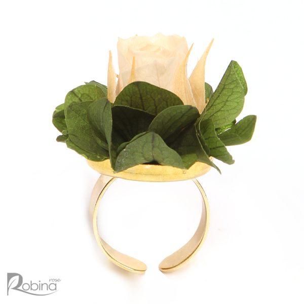 انگشتر گل رز ماندگار با پایه برنجی و گل رز مینیاتوری کرم و برگ سبز مدل رویال